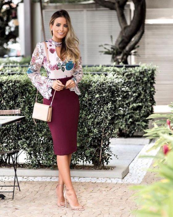 falda tubo y blusa estampada
