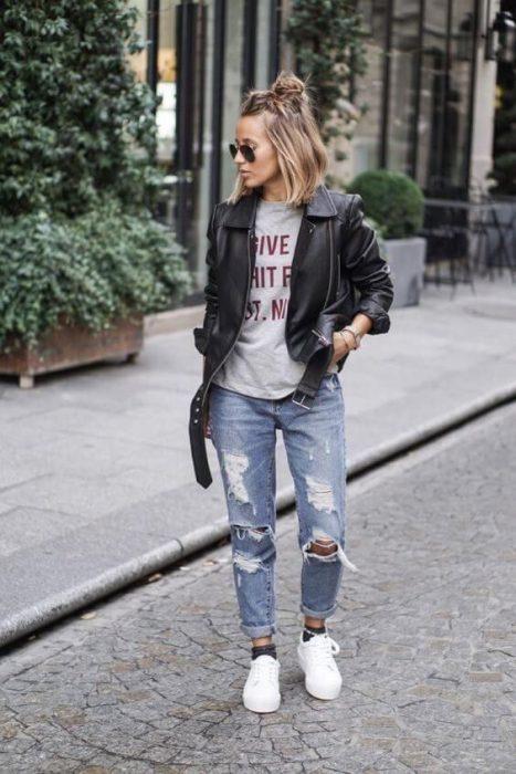 jeans boyfriends con campera de cuero