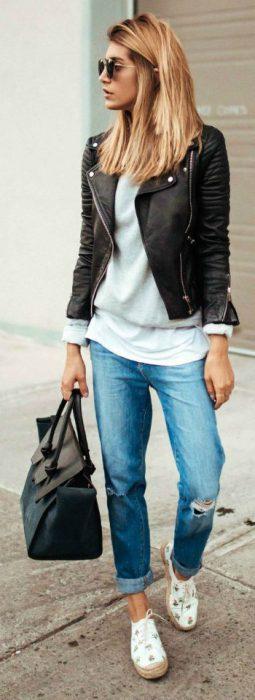 jeans boyfriends y campera de cuero