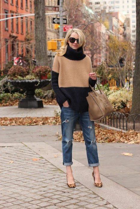 jeans boyfriends y sweater polera