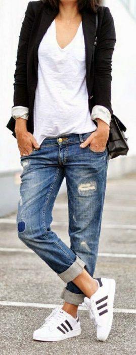 jeans boyfriends y zapatillas