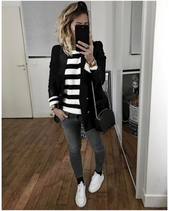 jeans gris y blazer negro