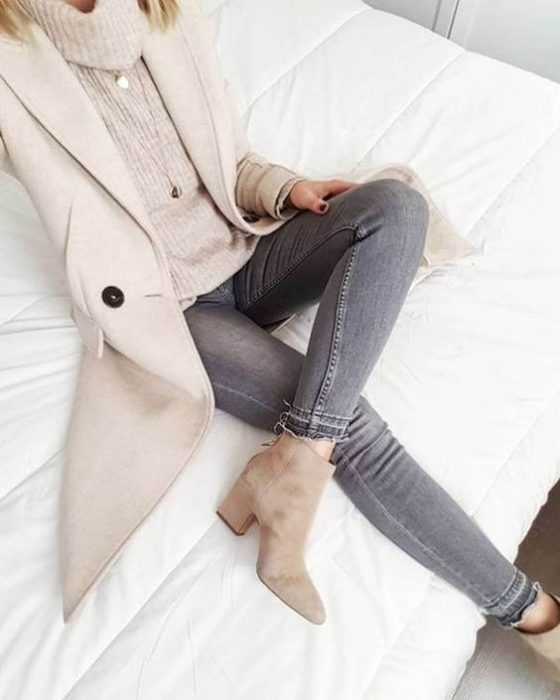 jeans gris y saco beige