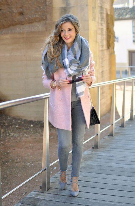 jeans gris y saco rosa