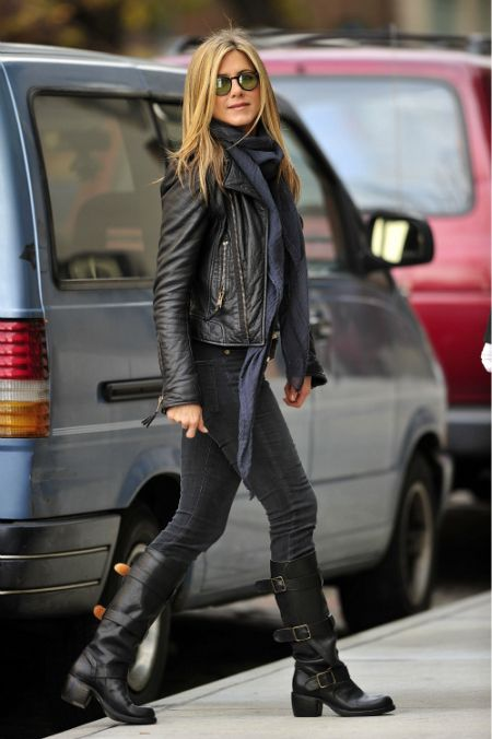 jeans negros con botas rectas o de montar