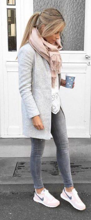 jeans y saco grises