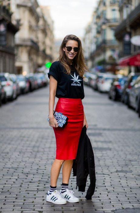 look casual con falda lapiz de cuero roja