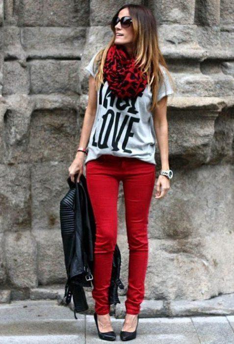 look casual con jeans rojo