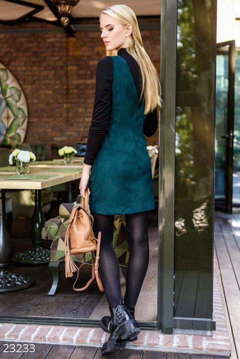 look con vestido y polera negra invierno