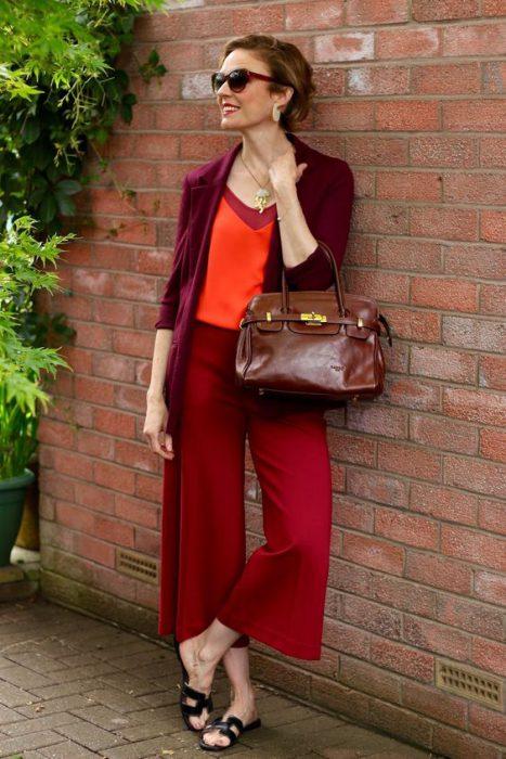 look elegante mezclando tonos de rojo