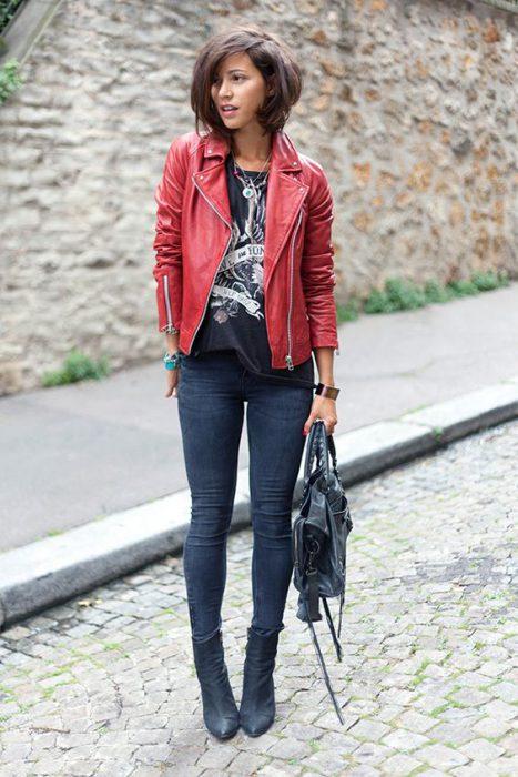 look informal con campera roja cuero