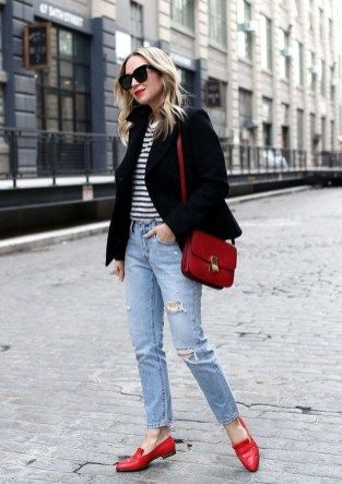 look informal con zapatos y cartera roja