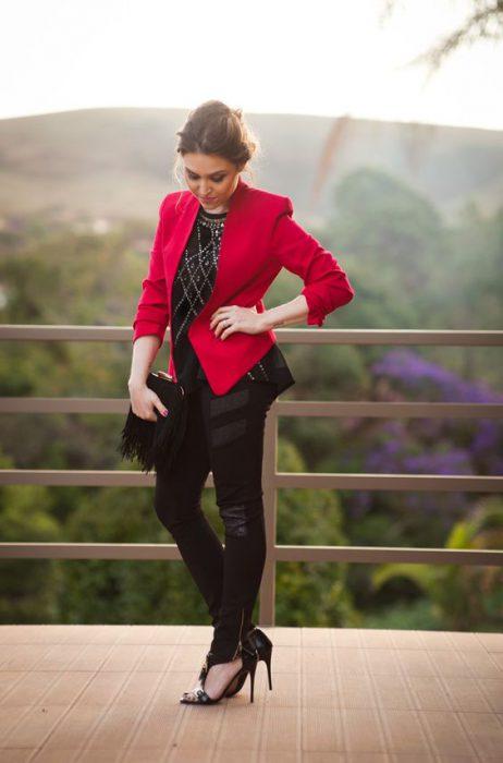 look negro con blazer rojo