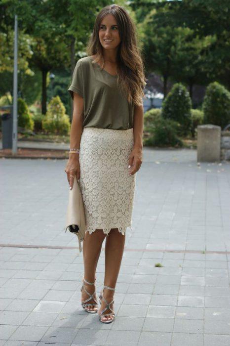look urbano con falda de encaje tubo