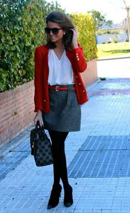 minifalda gris con cardigan rojo