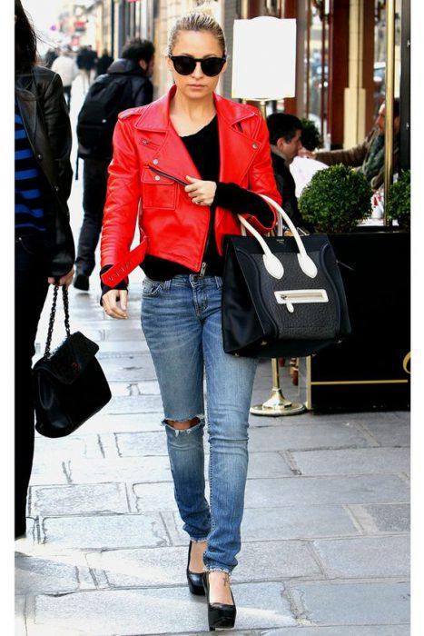 outfit con chaqueta roja