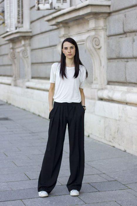 pantalon palazzo negro look informal