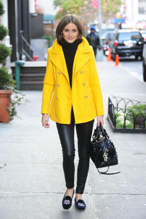 saco amarillo de paño con cuello