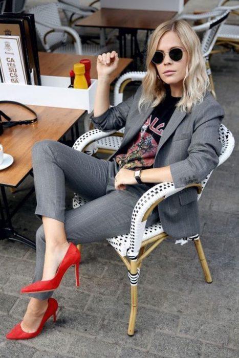 traje gris con zapatos rojos