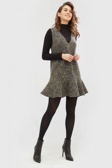 vestido corto con polera negra abajo
