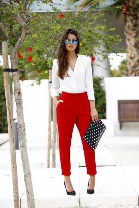 camisa blanca pantalon rojo