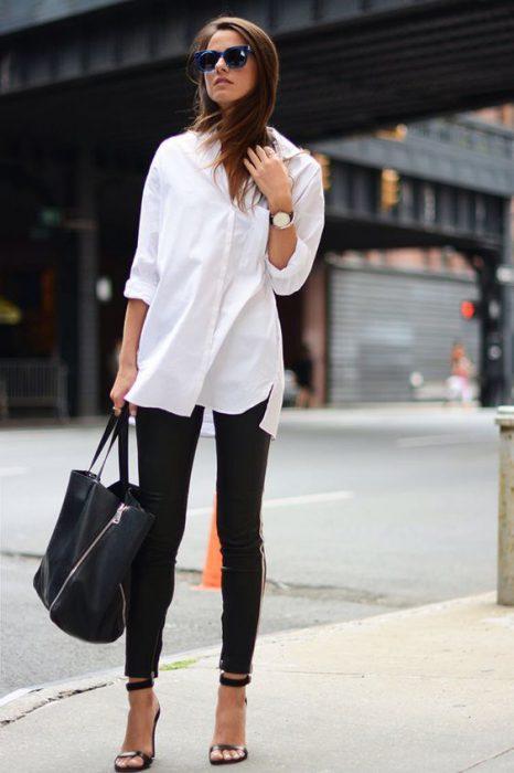 camisa blanca y leggin engomada