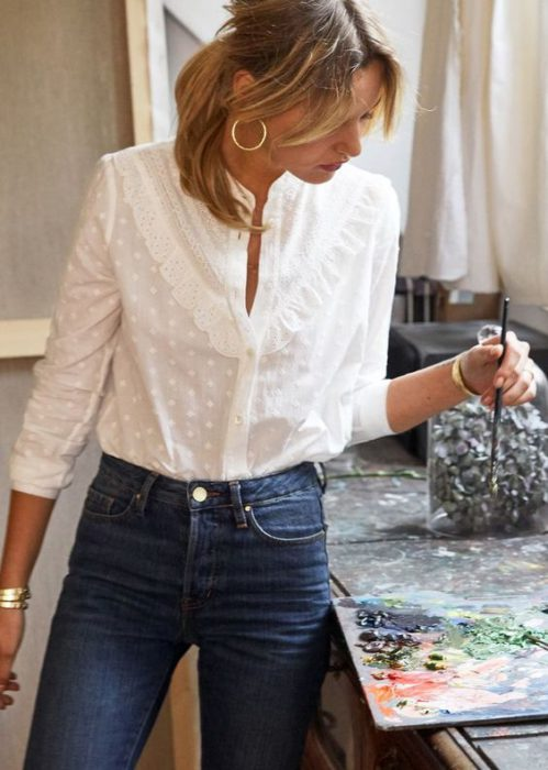 camisa de broderie blanca con jeans