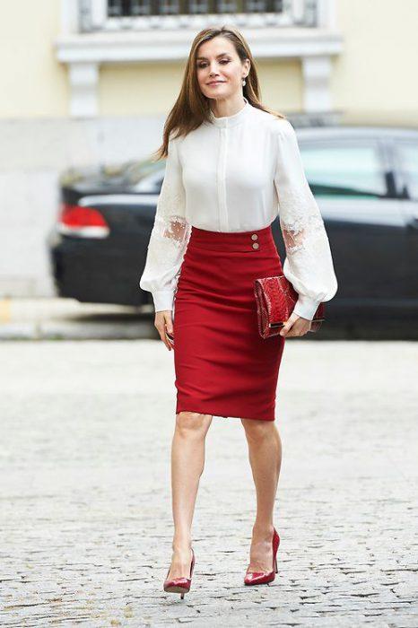 fala tubo roja y camisa blanca