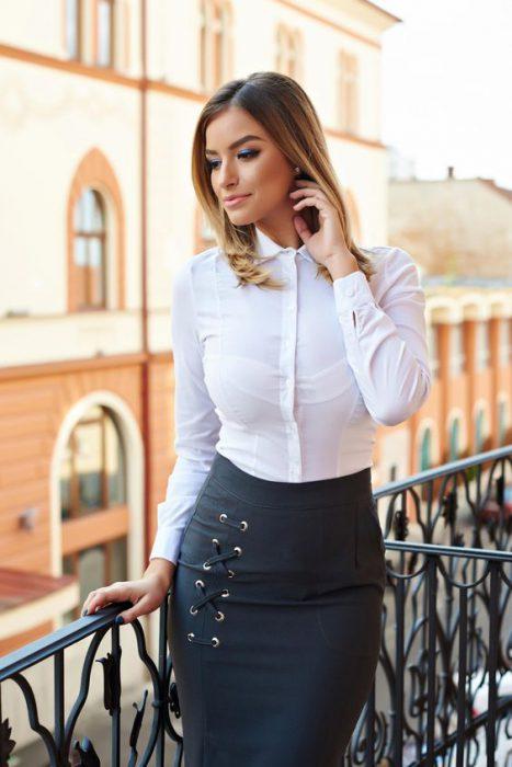 falda tubo con camisa blanca