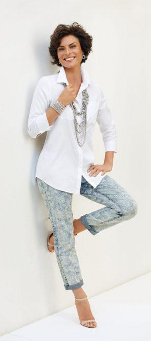 jeans batik con camisa blanca