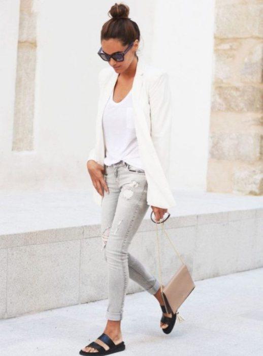 jeans gris con camiseta blanca