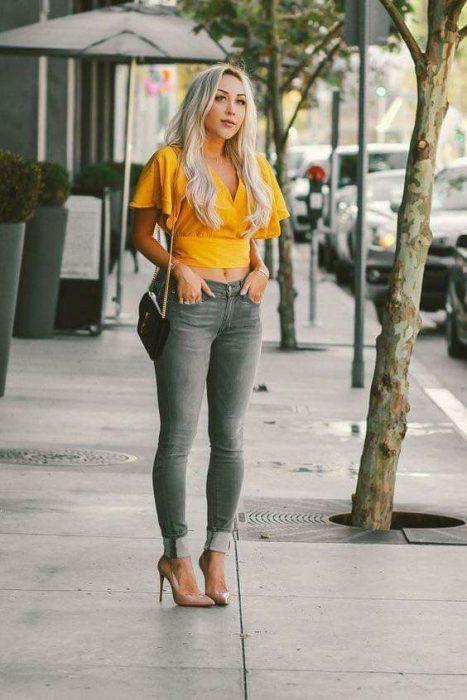 jeans gris y blusa top amarilla