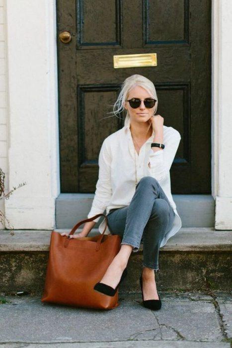 jeans gris y camisa blanca