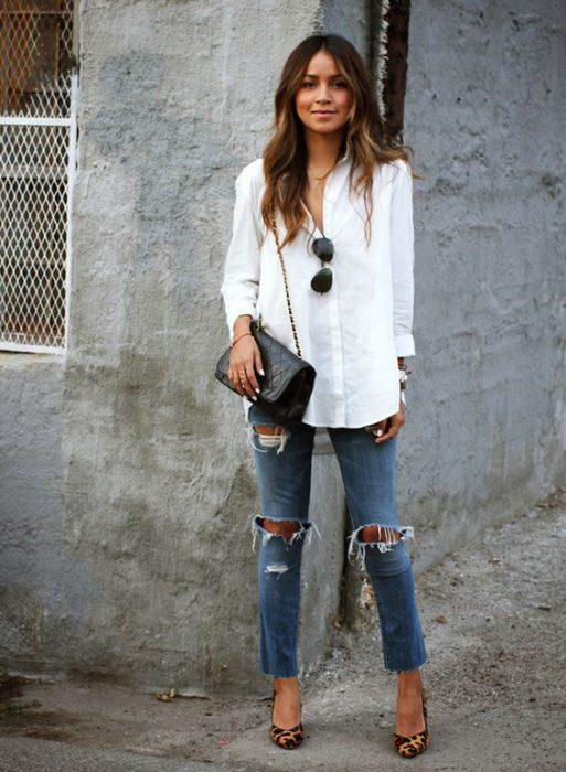 jeans rotos y camisa blanca