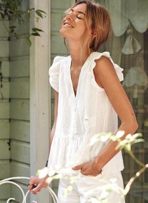 look casual con camisa blanca y short