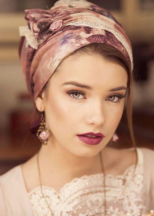 look elegante cubriendo el pelo con un pañuelo