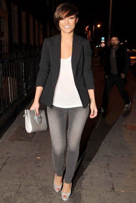 look noche informal jeans gris y blazer