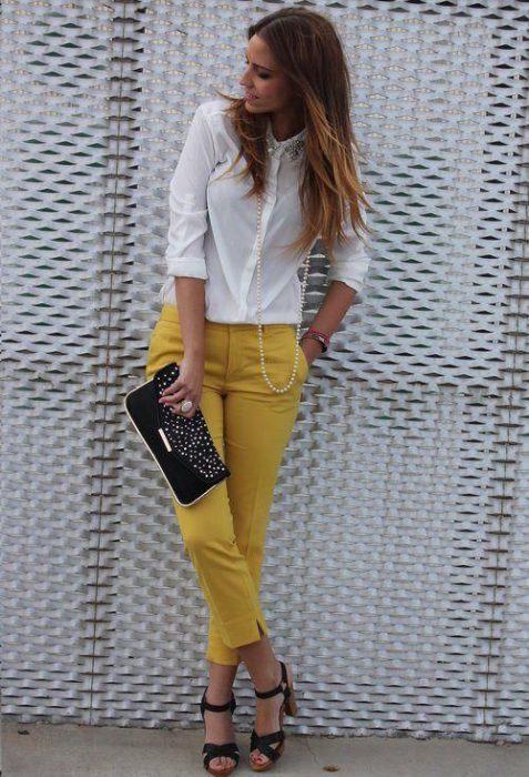 pantalon de color con camisa blanca