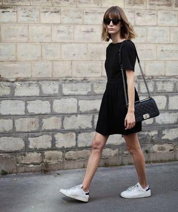 vestido negro y zapatillas
