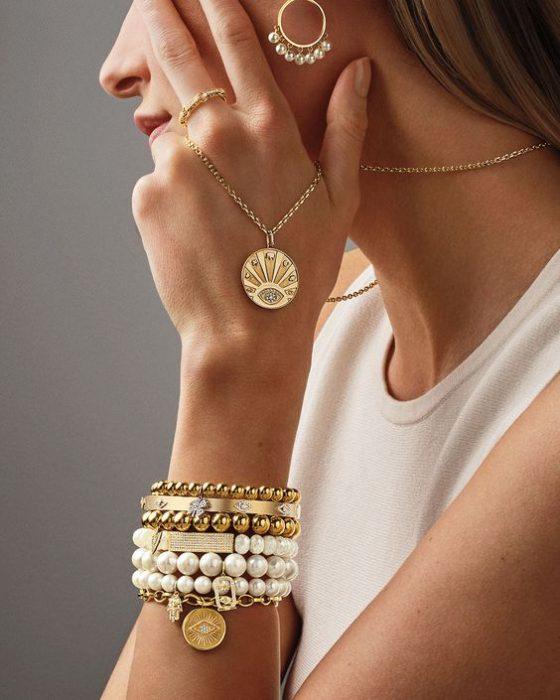 aro y pulsera con perlas de moda