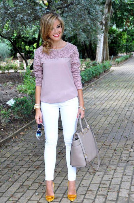 blusa con mangas de encaje rosa
