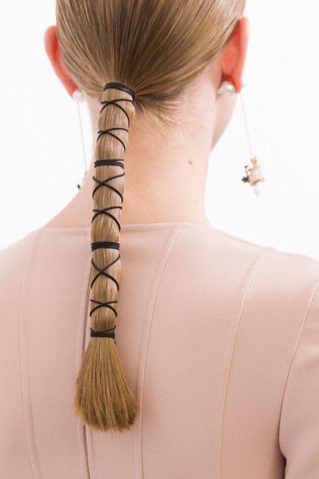 cola de cabello con cordon