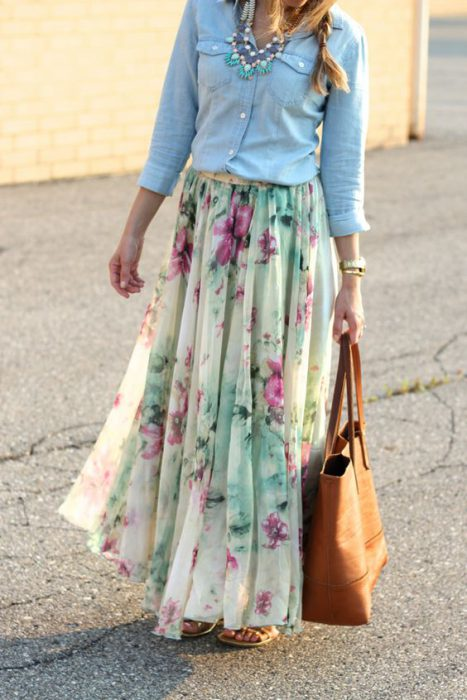 look con maxi falda estampada casual