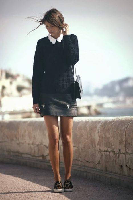 outfit con sweater y minifalda de cuero