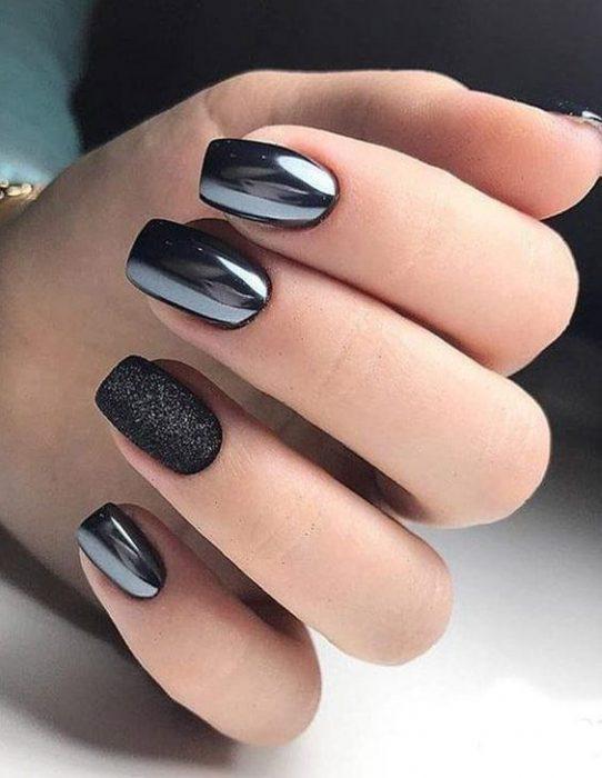 uñas negras cromadas