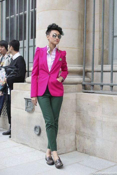 blazer fucsia y pantalon verde