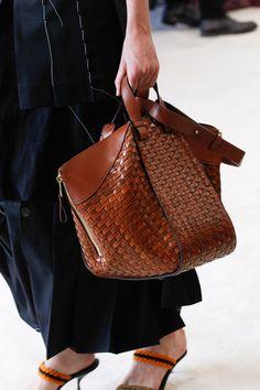 bolso de cuero tejido marron