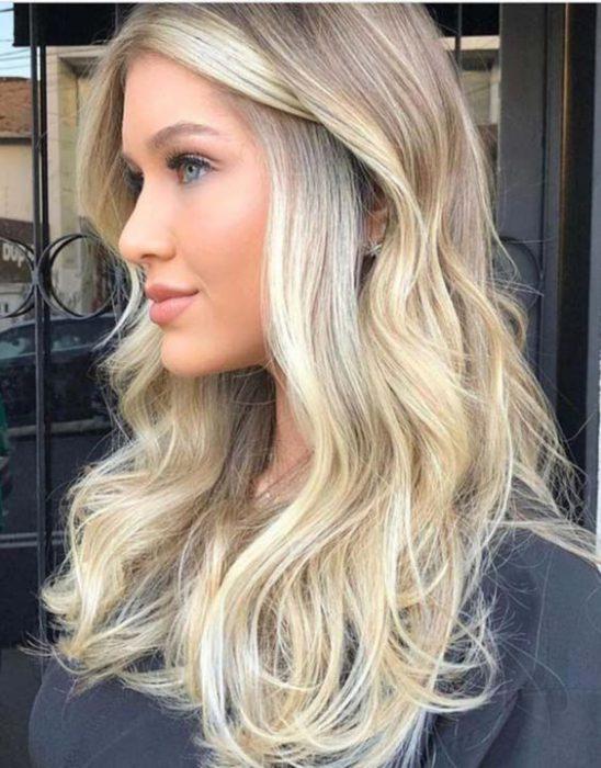 cabello largo rubio ceniza
