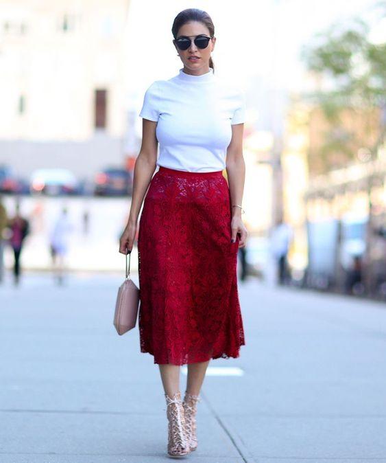 camiseta blanca y falda de encaje