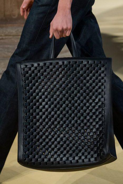 cartera cuadrada de cuero tejido negra